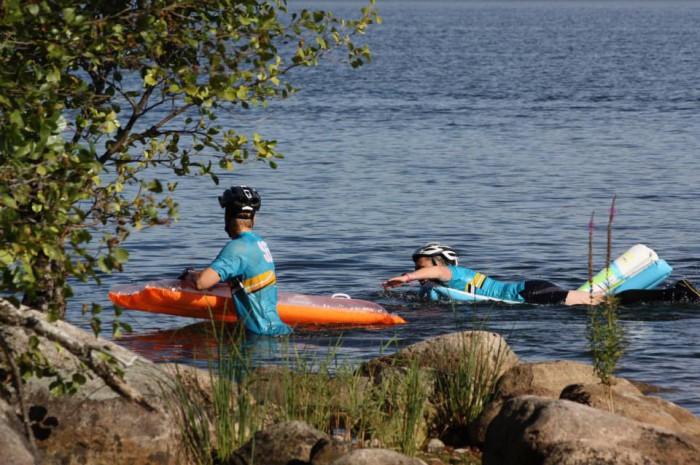 Kilpakumppaneita nauttimassa uimapatjailusta. Kuva: Team SnowFlakes