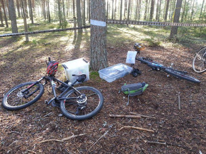 Pyöräily- ja muut tavarat odottamassa vaihtoalueella pyöräilyyn lähtöä.