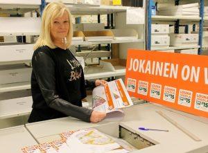 Multiprintin myyntipäällikkö Jaana Viitanen esittelee ykkösosuuden karttaa (kuva: Jukolan Viesti)